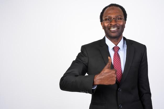 Przystojny biznesmen afryki w garniturze