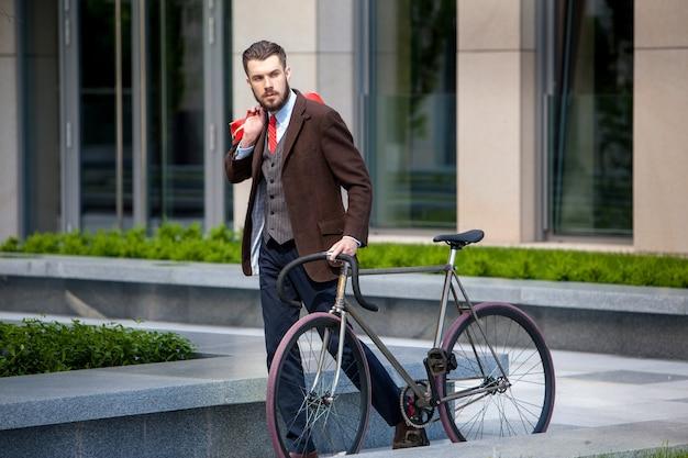Przystojny biznesmen i jego rower