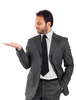Przystojny biznesmen na białej ścianie