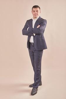Przystojny biznesmen na sobie szary garnitur