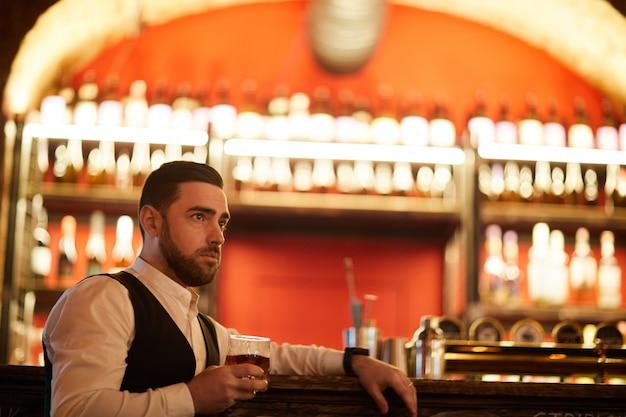 Przystojny biznesmen pije w barze