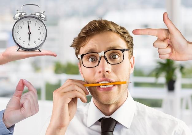 Przystojny biznesmen pokazując białe tło stres