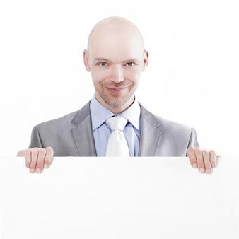 Przystojny biznesmen pokazując puste afisz.isolated na white.close-up
