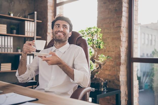 Przystojny biznesmen pracujący w biurze