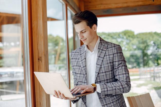 Przystojny biznesmen pracuje przy biurem