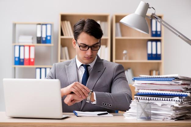 Przystojny biznesmen pracuje w biurze