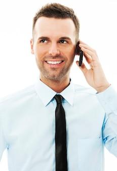 Przystojny biznesmen rozmawia przez telefon komórkowy