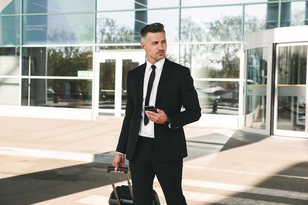 Przystojny biznesmen ubrany w garnitur spaceru