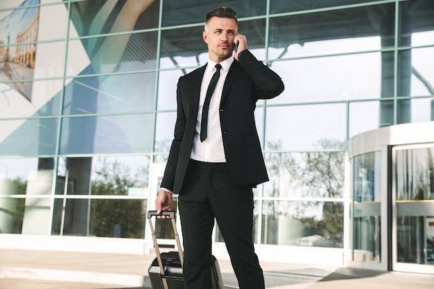 Przystojny biznesmen ubrany w garnitur