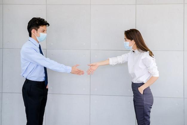 Przystojny biznesmen ufny i pracownicy piękna biurowa kobieta