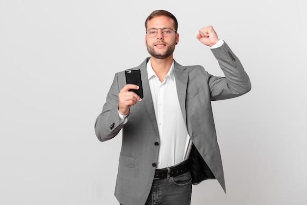 Przystojny biznesmen używający swojego smartfona