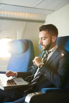 Przystojny biznesmen w samolocie