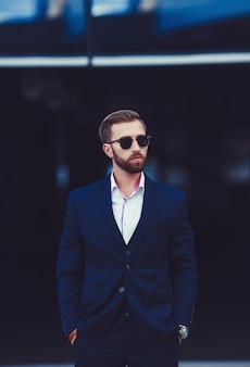 Przystojny biznesmen z okularami przeciwsłonecznymi