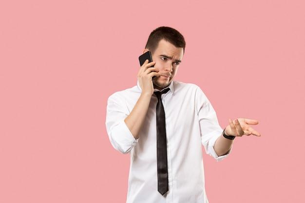 Przystojny biznesmen z telefonem komórkowym.