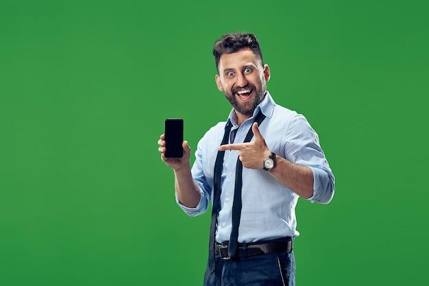 Przystojny biznesmen z telefonem komórkowym