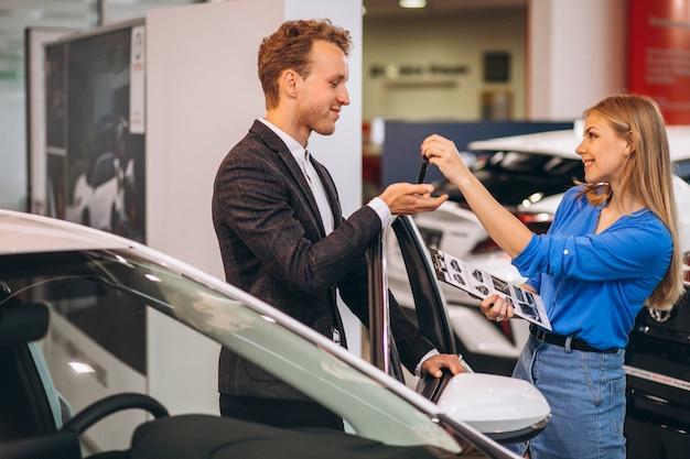 Przystojny biznesowy mężczyzna kupuje samochód
