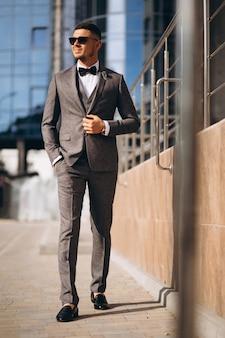 Przystojny biznesowy mężczyzna w kostiumu