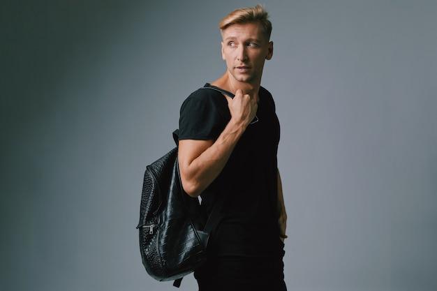 Przystojny blond młodego człowieka pozować