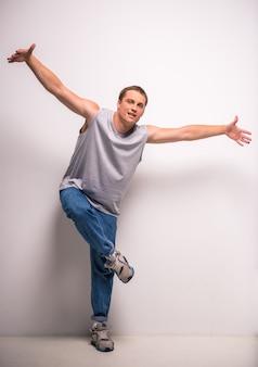 Przystojny breakdancer młody człowiek