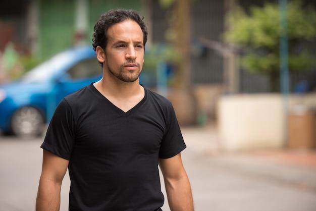 Przystojny brodaty mężczyzna hiszpanie na ulicach na zewnątrz