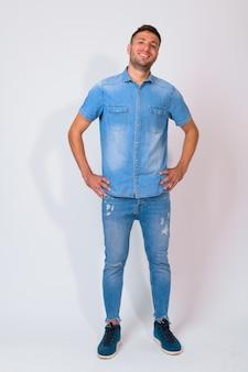 Przystojny brodaty mężczyzna perski sobie dżinsową koszulę