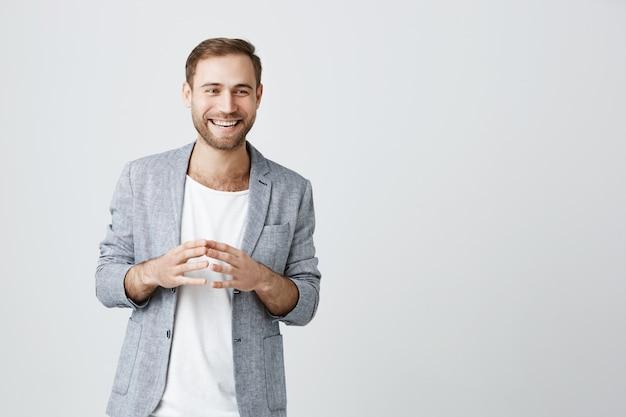 Przystojny brodaty mężczyzna przedsiębiorca wyjaśnia koncepcję
