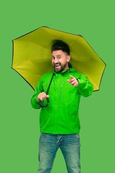 Przystojny, brodaty, młody człowiek, dzierżawa parasol, odizolowany, na białym