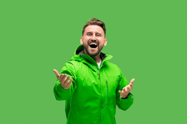 Przystojny brodaty młody człowiek odizolowywający na zieleni