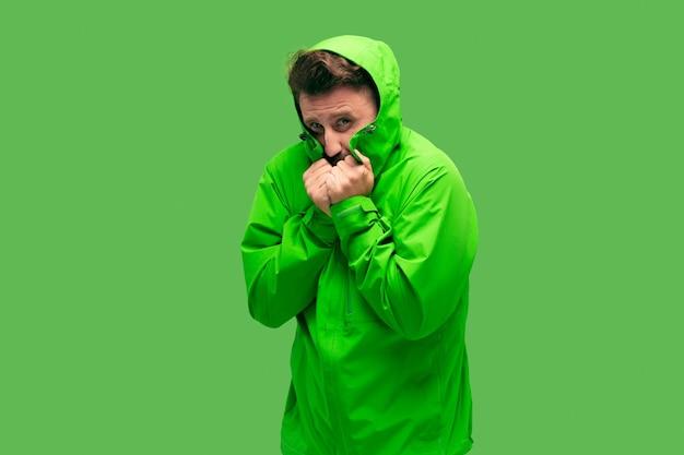 Przystojny, brodaty, zamrażanie, młody mężczyzna, odizolowany na, żywy, modny, zielony kolor w studio