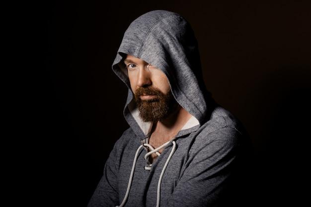 Przystojny brutalny mężczyzna z brodą