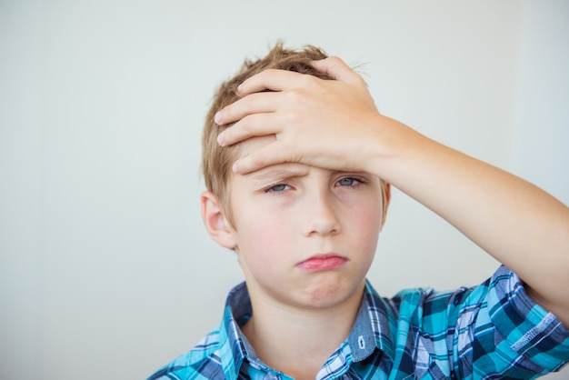 Przystojny chłopak teen, trzymając ręce za głowę