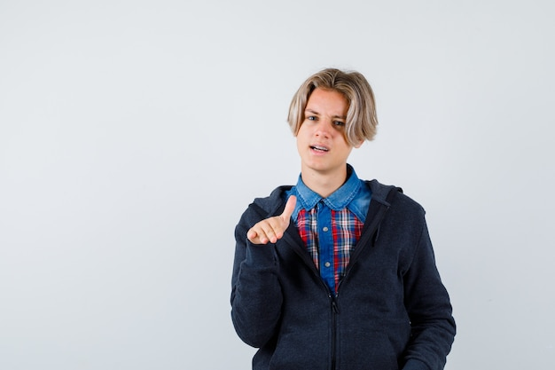 Przystojny chłopak teen w koszuli, bluza z kapturem pokazując gest stop i patrząc fajnie, widok z przodu.