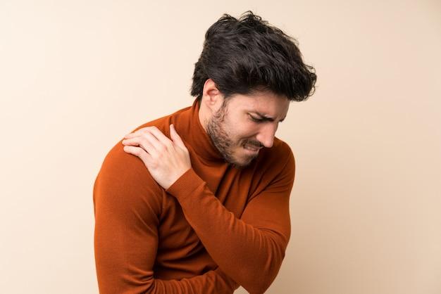 Przystojny cierpiący na ból w ramieniu za wysiłek