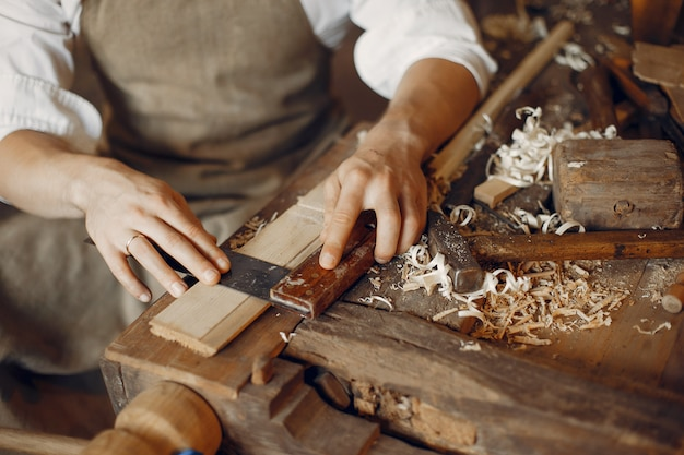 Przystojny cieśla pracuje z drewnem
