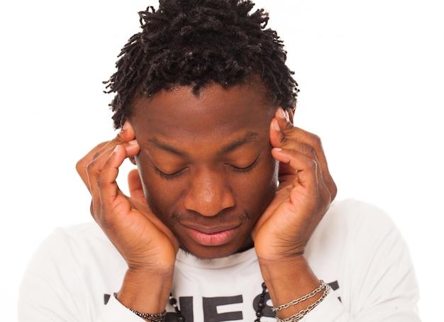 Przystojny czarny facet ma ból głowy