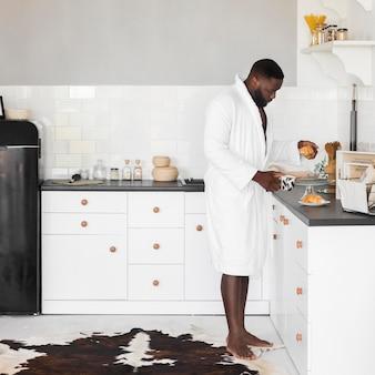 Przystojny dorosły mężczyzna przygotowuje śniadania