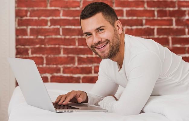 Przystojny dorosły mężczyzna za pomocą laptopa