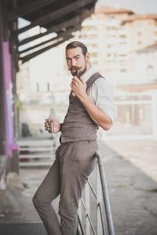 Przystojny duży wąsy hipster człowiek fajka