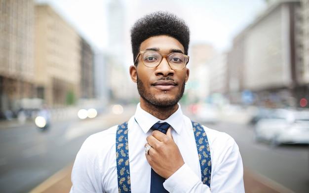 Przystojny elegancki mężczyzna nosi krawat i szelki