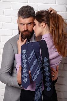 Przystojny elegancki mężczyzna w garniturze ze stawianiem piękna seksowna kobieta. para moda.