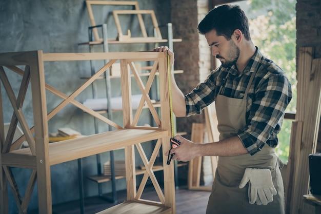 Przystojny facet budowa półka na książki nowoczesny design ręcznie robiony przemysł drewniany mierzący odległość odległość między działami warsztat garażowy wewnątrz