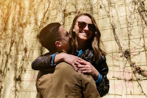 Przystojny facet i przytulanie ładna kobieta