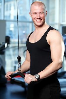 Przystojny facet, poćwiczyć w siłowni