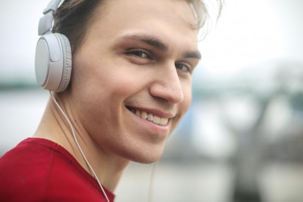 Przystojny facet słuchania muzyki w słuchawkach