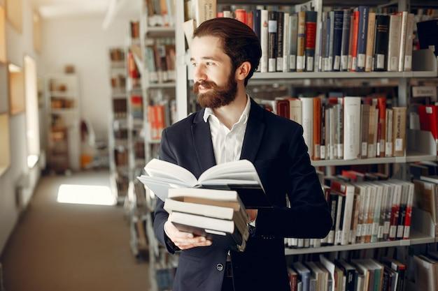 Przystojny facet studia w bibliotece