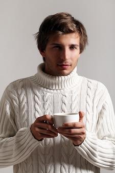 Przystojny facet trzyma filiżankę kawy