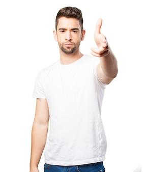 Przystojny facet w białej koszulce