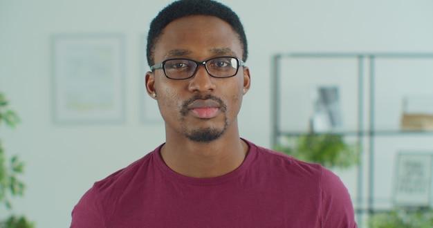 Przystojny facet w okularach portret. młody czarny biznesmen przedsiębiorca