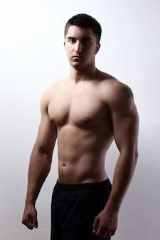 Przystojny facet z muskularnym ciałem