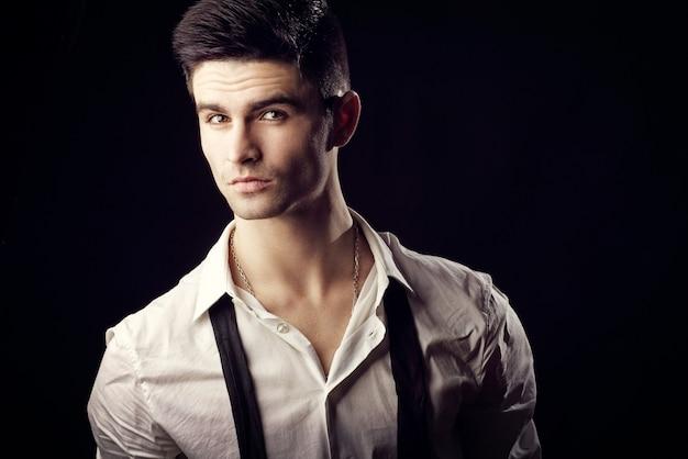 Przystojny facet z niewiązanym krawatem